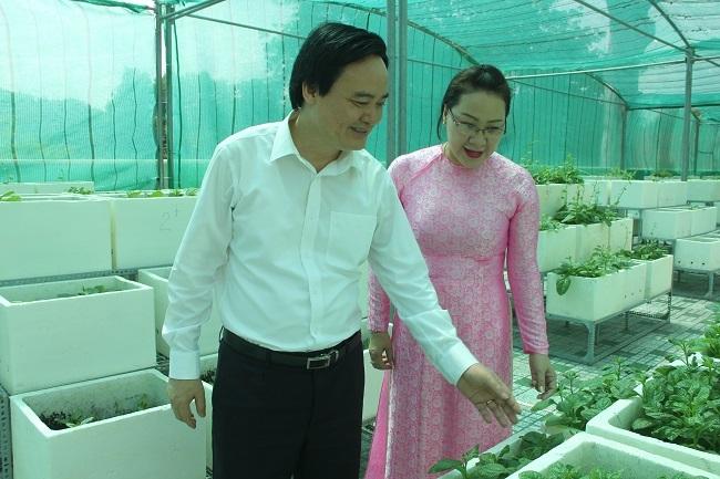 Bộ trưởng Phùng Xuân Nhạ tham quan vườn rau trên sân thượng của thầy trò trường tiểu học Nguyễn Bỉnh Khiêm