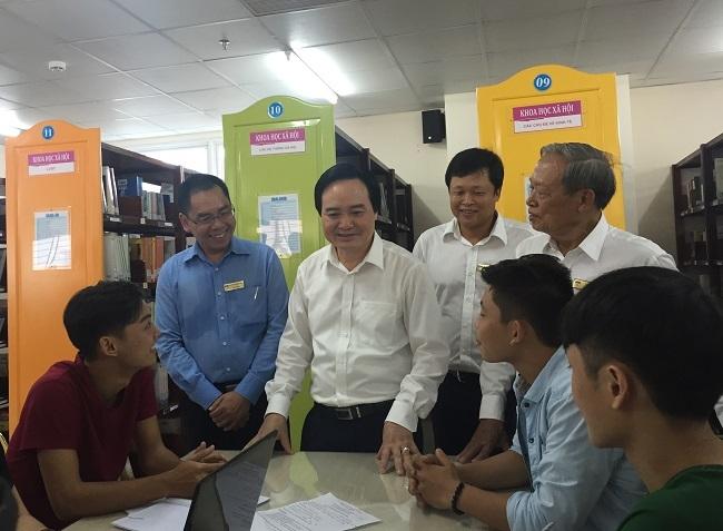Bộ trưởng Phùng Xuân Nhạ thăm hỏi sinh viên trường ĐH Công nghệ TPHCM (Hutech)
