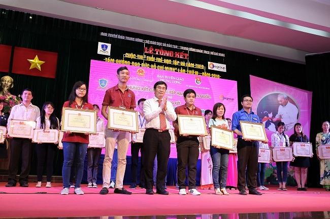"""Trao giải cuộc thi """"Tuổi trẻ học tập và làm theo tấm gương đạo đức Hồ Chí Minh"""" năm 2016"""