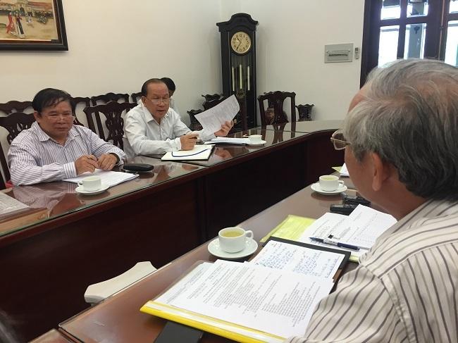 TS Trần Thế Hoàng (phải) báo cáo Thứ trưởng Bùi Văn Ga về công tác tổ chức thi do trường ĐH Kinh tế TPHCM chủ trì
