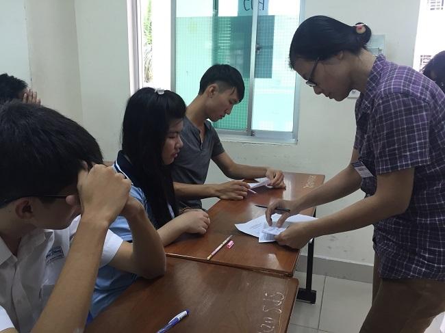 Các thí sinh làm thủ tục dự tại cụm thi do trường ĐH Sư phạm TP.HCM chủ trì vào ngày 30/6