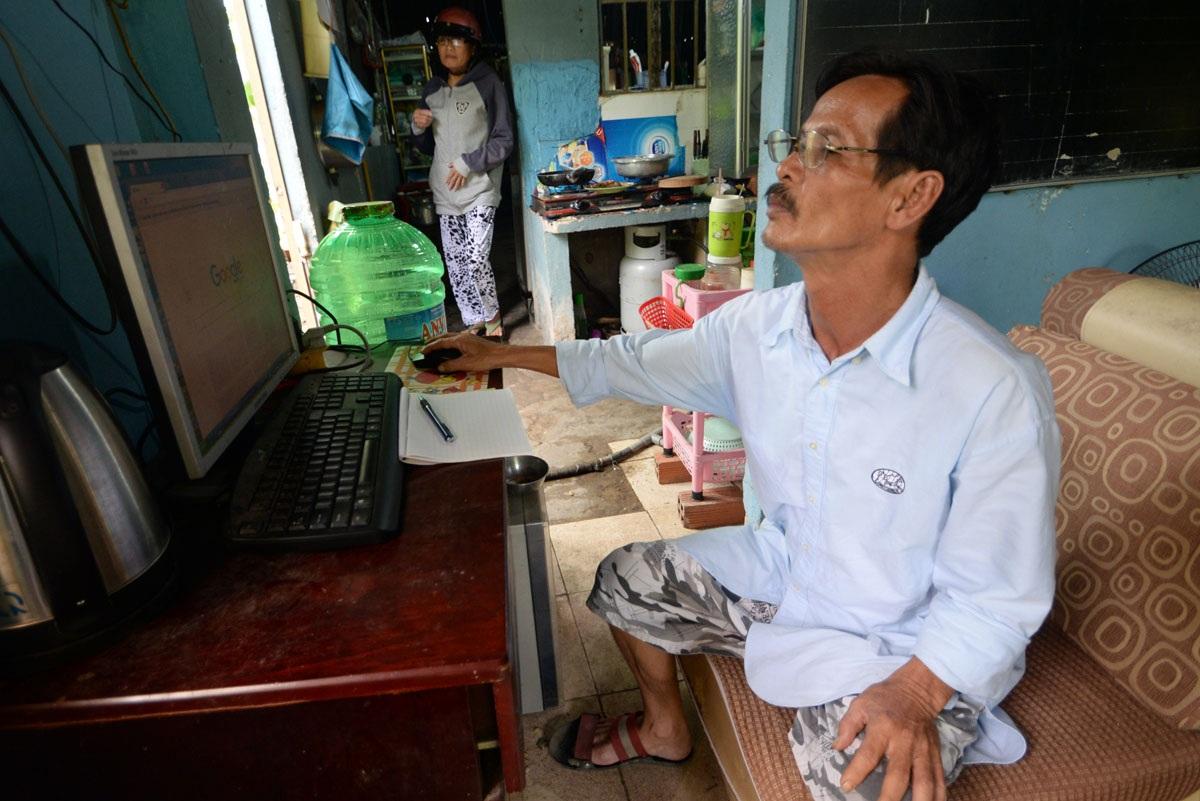 Dù đã 51 tuổi nhưng ông Thọ vẫn thường xuyên vào mạng học trực tuyến
