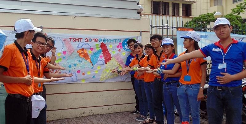 Sinh viên tình nguyện tại điểm thi trường ĐH KHTN làm nên bảng điều ước