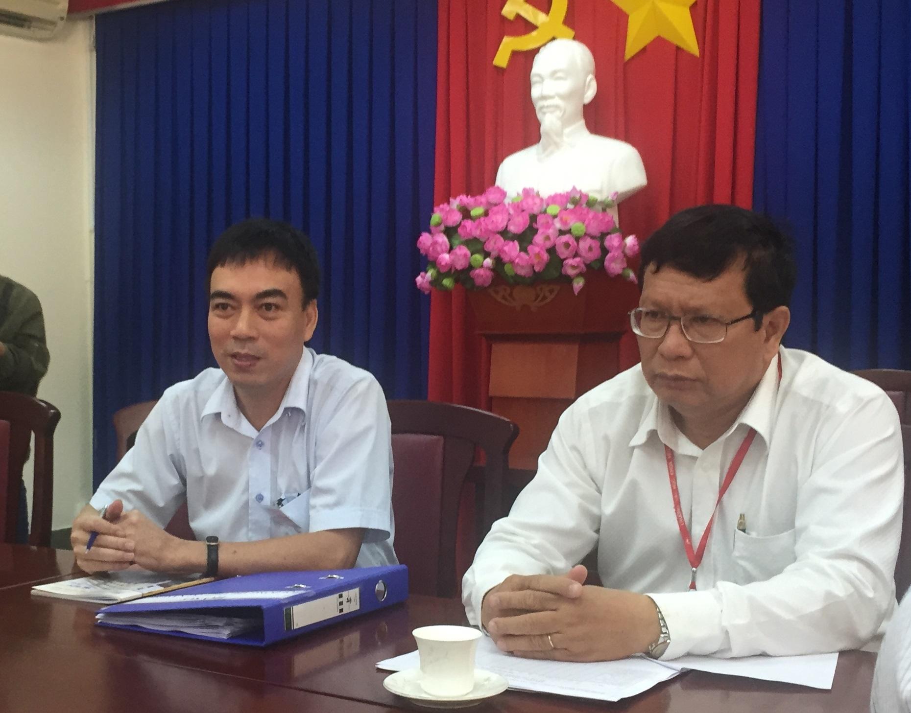 TS Phạm Tấn Hạ (bên trái) cho biết cụm thi không có môn nào đạt điểm tuyệt đối
