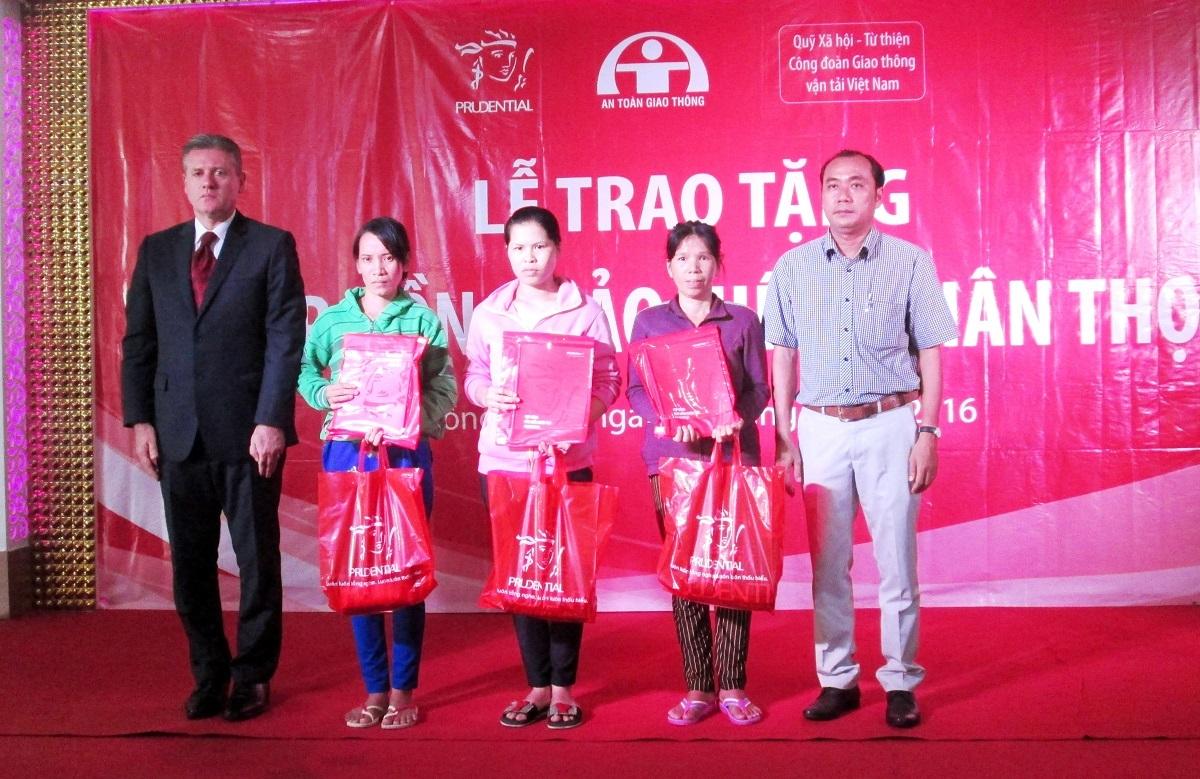 Ông Wilf Blackburn - Tổng Giám đốc Công ty Bảo hiểm Nhân thọ Prudential Việt Nam và Ðại diện Ban An Toàn Giao Thông tỉnh Ðồng Tháp trao tặng 07 hợp đồng bảo hiểm miễn phí cho 04 hộ gia đình