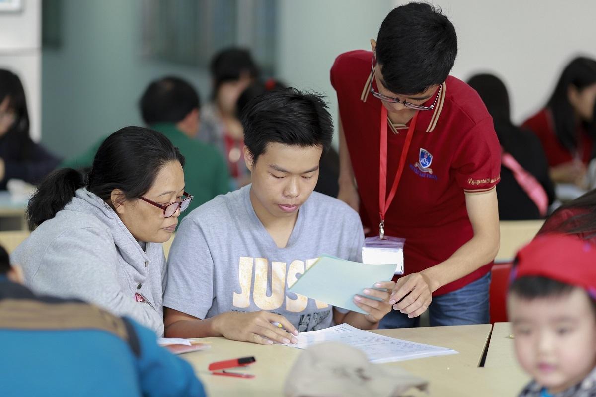 Nhiều phụ huynh, thí sinh đến tìm hiểu thông tin xét tuyển tại trường ĐH Nguyễn Tất Thành