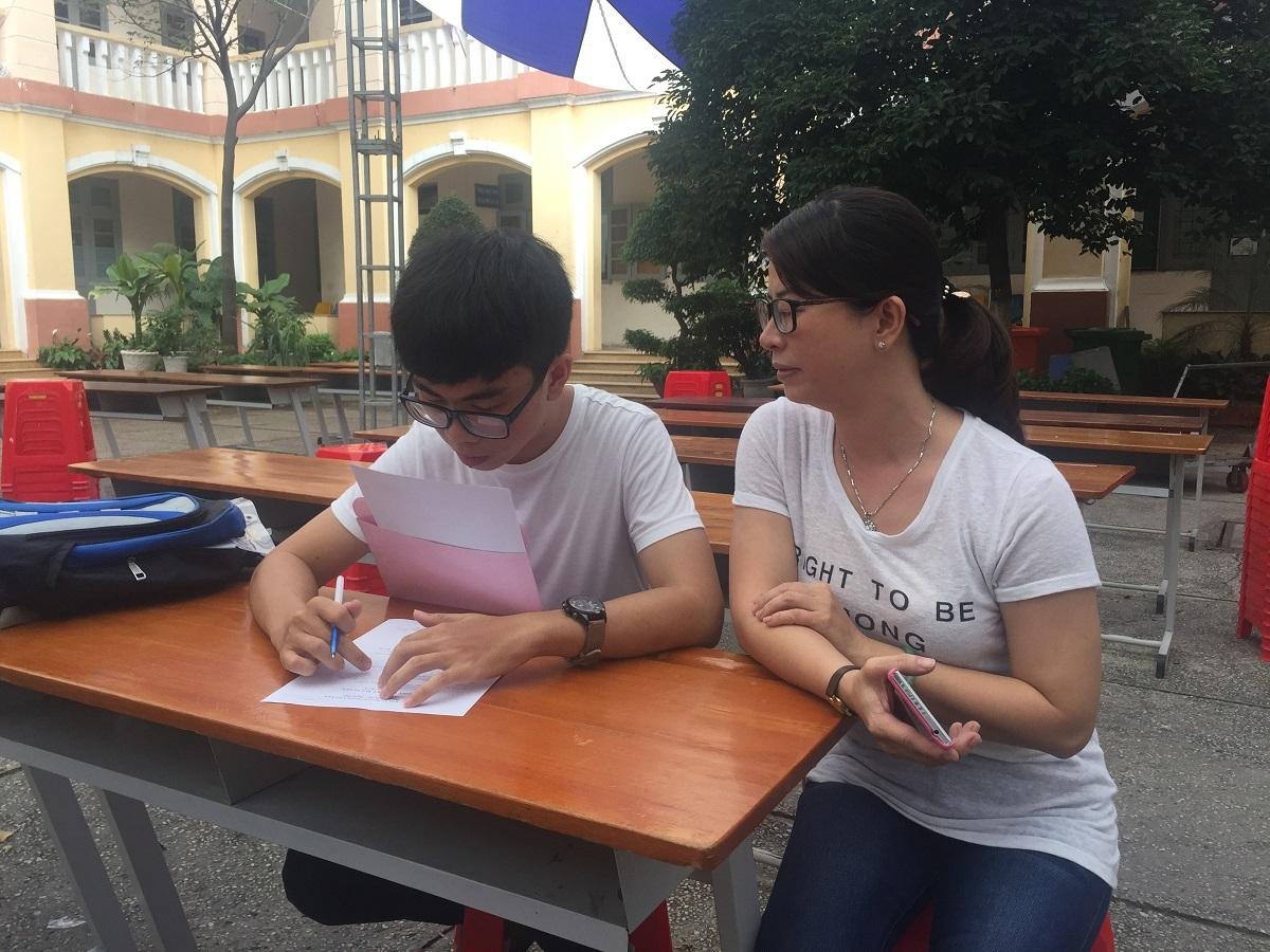 Thí sinh Hoàng Tâm và mẹ đến đăng ký vào buổi chiều nay tại trường ĐH Sài Gòn