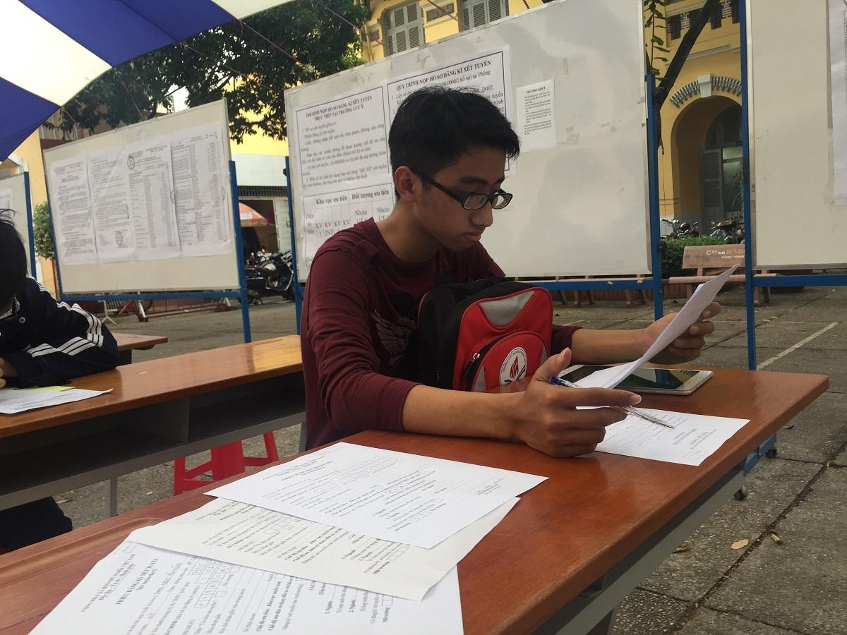 Thí sinh Lý Đức vẫn đắn đo trước khi chọn xét tuyển vào trường ĐH Sài Gòn