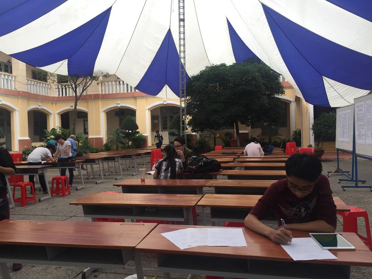Vài thí sinh có mặt tại trường ĐH Sài Gòn để đăng ký xét tuyển trực tiếp trong chiều nay