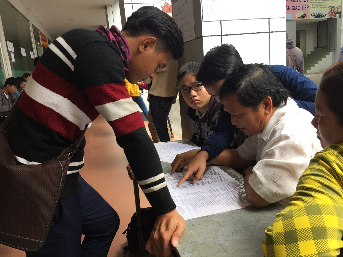 Thí sinh đắn đo chọn ngành trước khi đăng ký xét tuyển bổ sung tại trường ĐH Công nghiệp TPHCM