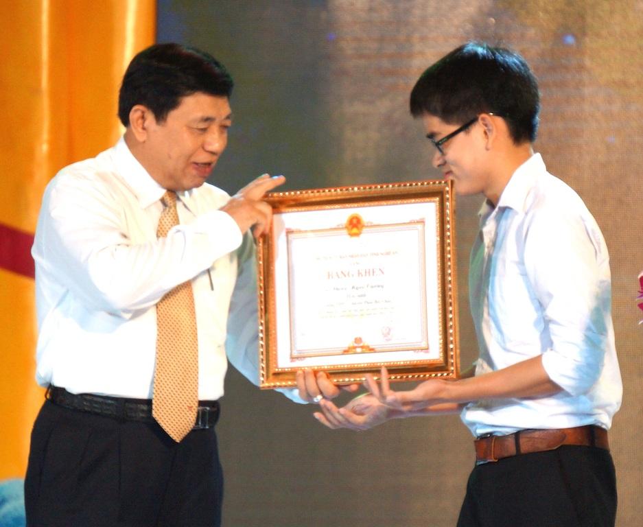 Chủ tịch UBND tỉnh Nghệ An trao bằng khen đến học sinh giỏi.