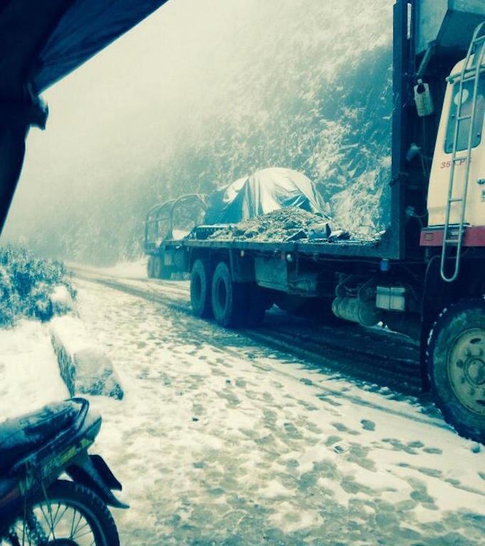 Đường lên cửa khẩu phụ Buộc Mú phủ trắng tuyết.