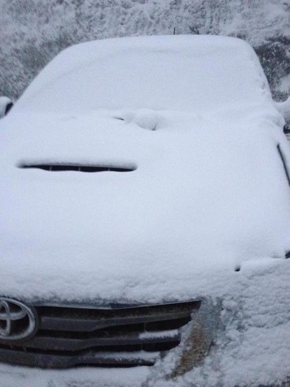Một chiếc xe con bị tuyết phủ trắng tại Buộc Mú, xã Na Ngoi.