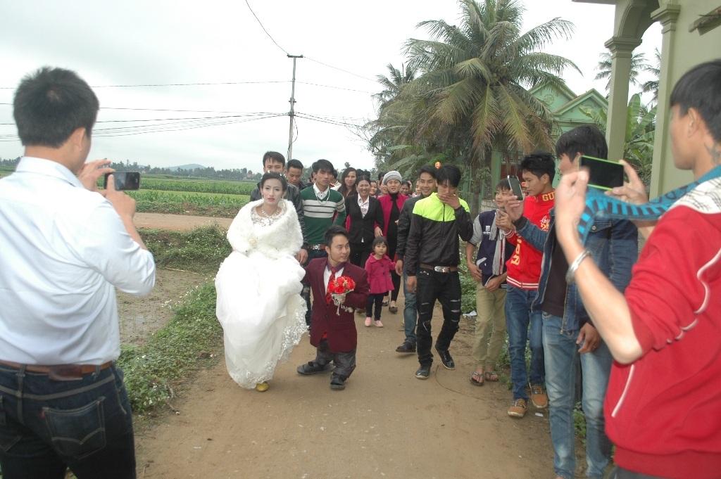 Ngày cưới của uyên ương, người dân trong vùng đều đến để chung vui, gửi những lời chúc phúc đến cho đôi trẻ.