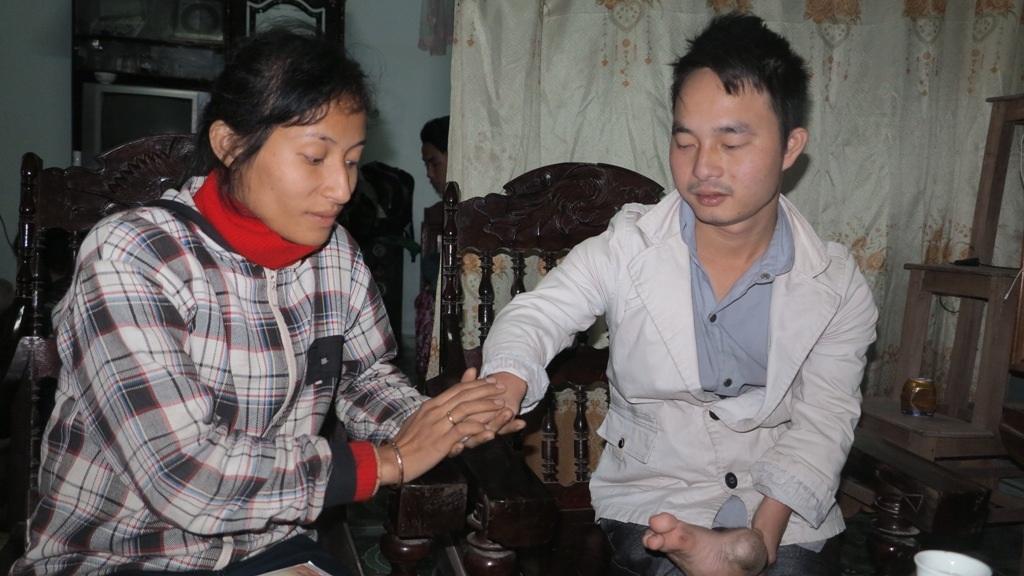 Chị Giang rất yêu và coi trọng người chồng, những khuyết tật của bản thân anh Qúy giờ đây lại chính là những cái riêng khiến chị Giang càng yêu say đắm.