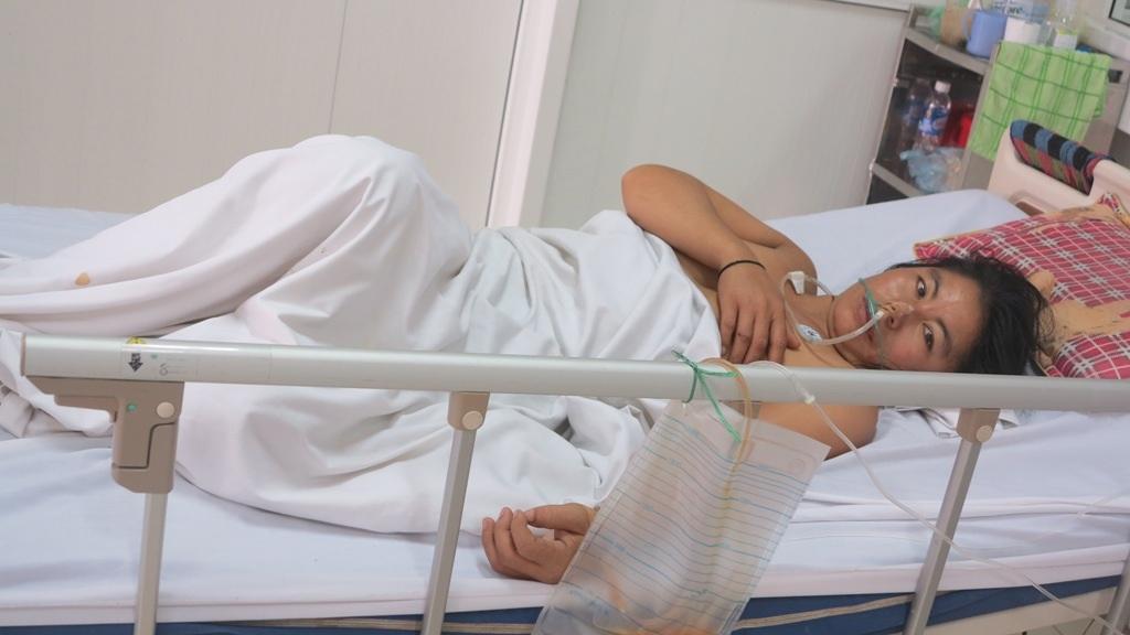Mắc phải chứng bệnh viêm đa rễ đa dây thần kinh, nên toàn thân chị Nhung bị liệt hoàn toàn. Dù có thể mở được mắt nhưng chị không thể nói chuyện được. Nếu không được tiếp tục điều trị có thể chị phải nằm liệt giường suốt phần đời còn lại và nguy hiểm đến tính mạng.