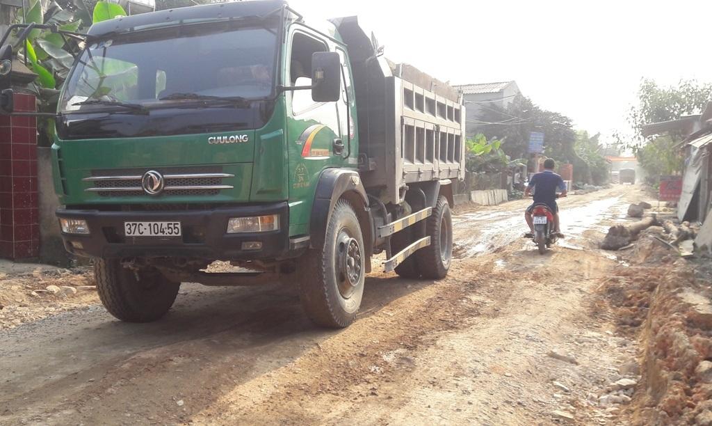 Những chiếc xe trọng tải lớn chất đầy đất còn cơi nới thêm thành thùng bằng những tấm ván để chở được nhiều nhất có thể.