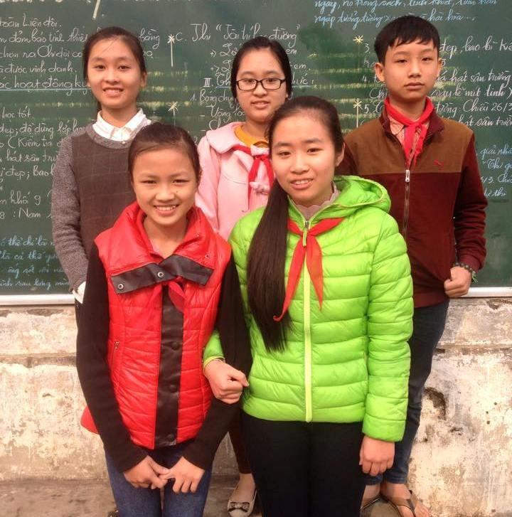 Kiều Anh (áo đỏ) cùng các bạn học sinh khác đã xuất sắc giành giải cao trong cuộc thi.