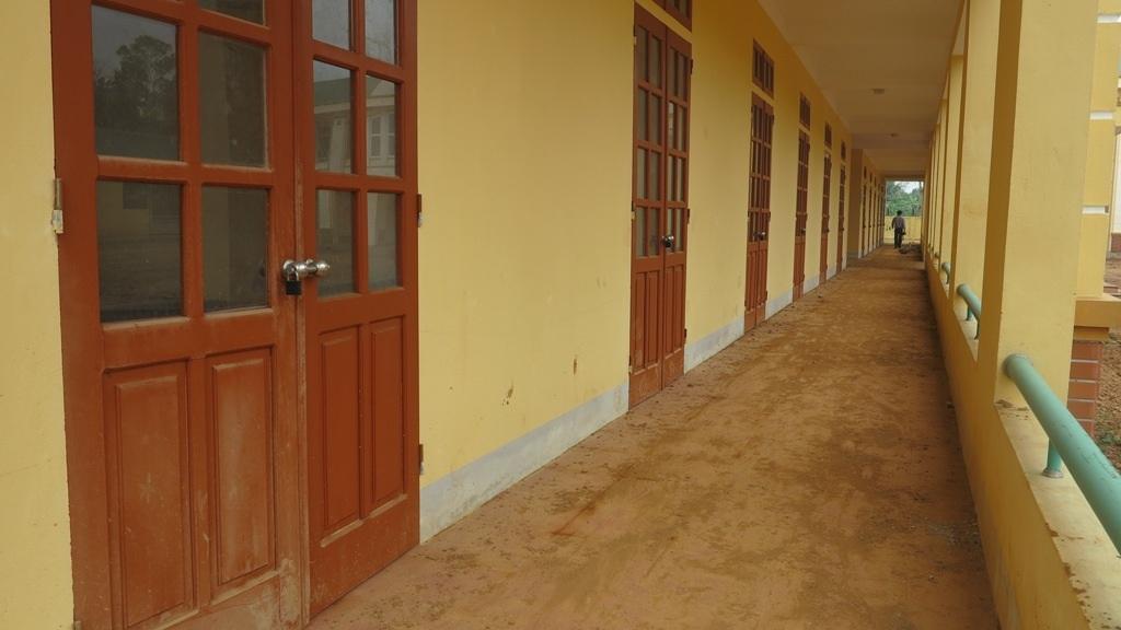 Những phòng học sau khi hoàn thành vẫn đóng cửa ngủ quên trong im lặng.