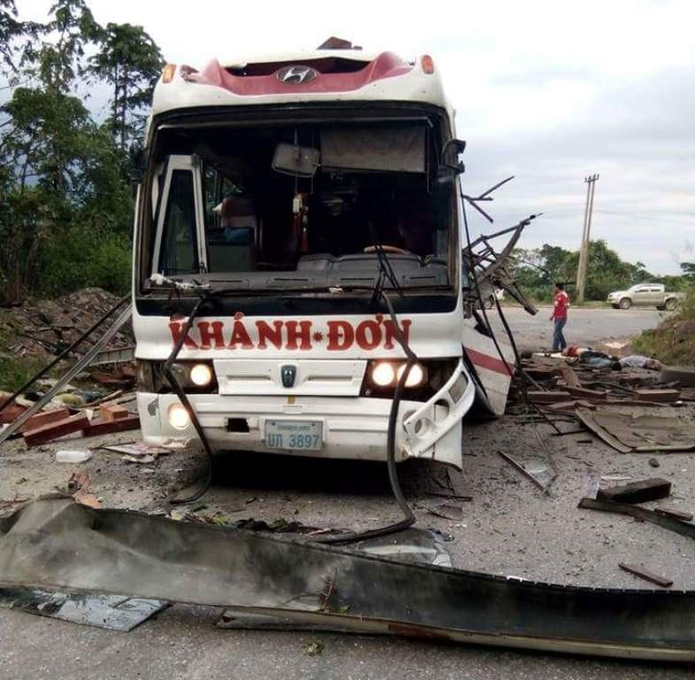 Sau vụ nổ lớn, 8 người trên xe khách chết tại chỗ.