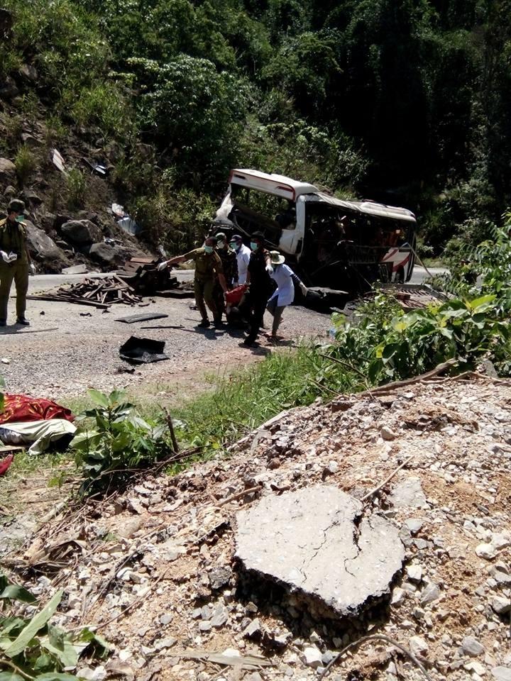 Hiện trường vụ nổ xe khách mang biển Lào làm 8 người Việt Nam chết (Ảnh: Long Nguyễn)