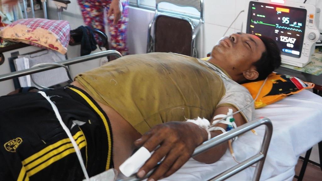 Anh Phạm Đình Tú và anh Hiệp đang được chăm sóc tại khoa cấp cứu BVĐK 115 Nghệ An.