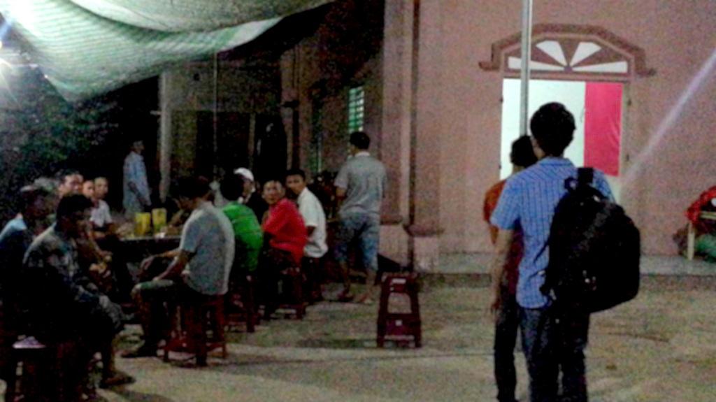 Gia đình nạn nhân Nguyễn Bá Lợi lúc 21h tối 2/6, rất đông người sang động viên, chia buồn.