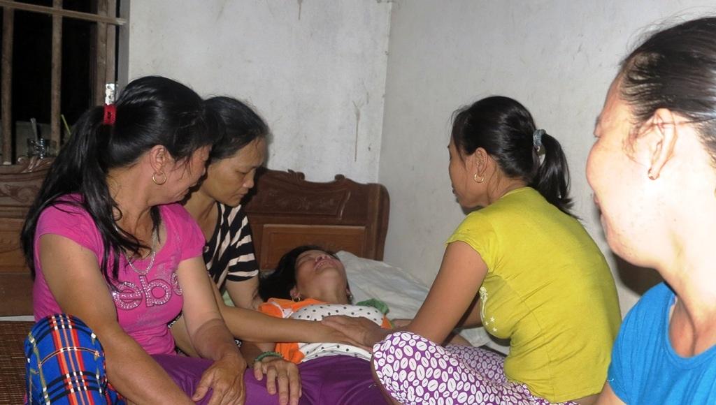 Những người thân phải thường xuyên túc trực chăm sóc cho chị Nguyễn Thị Luyện (SN 1975, vợ anh Hải) lúc nào cũng la hét gọi tên chồng.