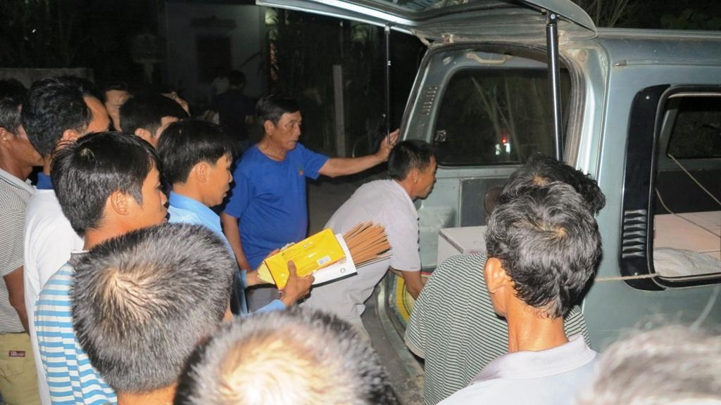 Khuya đêm 2/6, đoàn xe chở quan tài về quê nghèo.