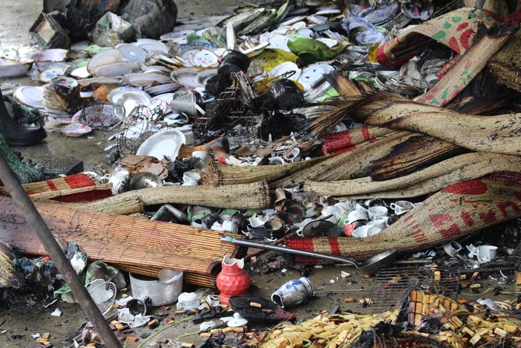 Trong những ki ốt đều chứa hàng hóa dễ cháy nên, ngọn lửa nhanh chóng bùng cháy dữ dội rất khó để khống chế.