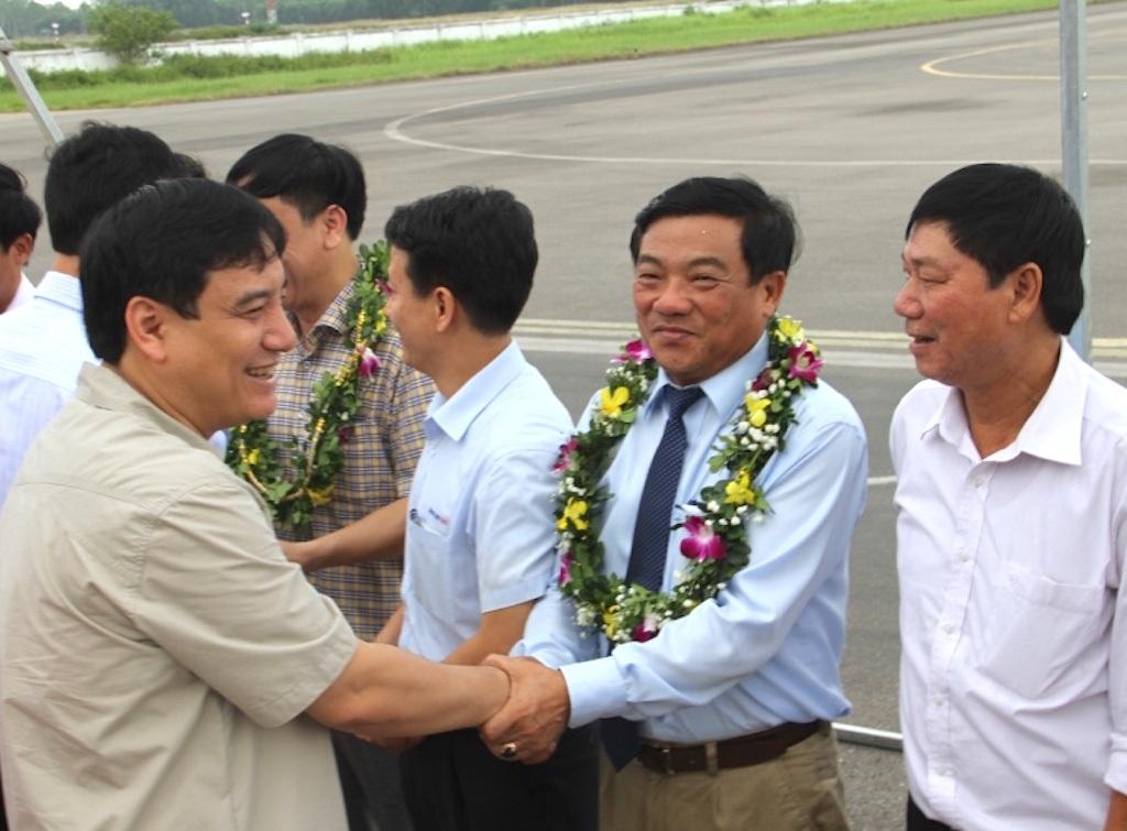 Lãnh đạo tỉnh Nghệ An tặng hoa cho các hành khách đầu tiên tham gia đường bay mới Vinh - Bangkok.