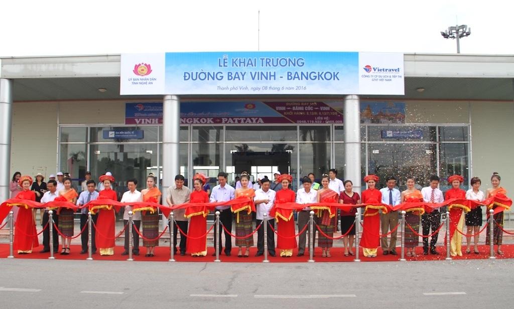 Cắt băng khánh thành đường bay mới Vinh - Bangkok.