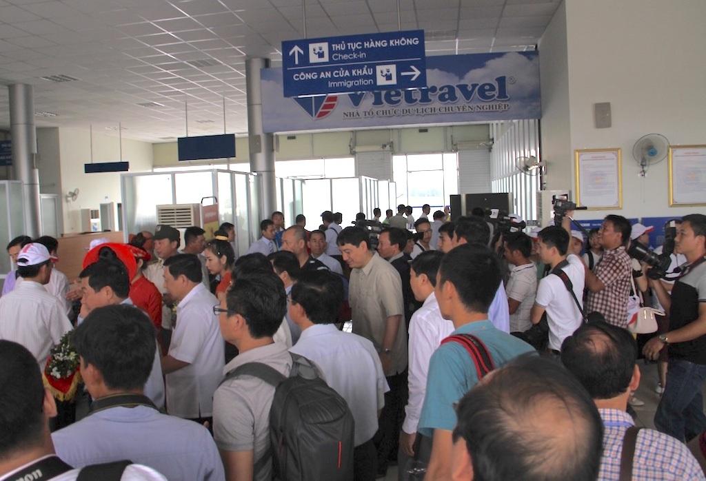 Rất đông hành khách đặt chỗ và tham gia chuyến bay đầu tiên đi Bangkok vào sáng 8/6.