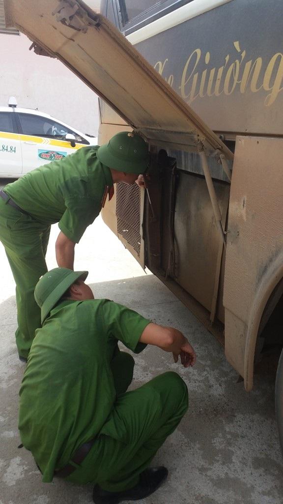 Lực lượng chức năng tiến hành khám xét chiếc xe và thu giữ một số lượng lớn gỗ Đinh Hương được giấu phía trong.