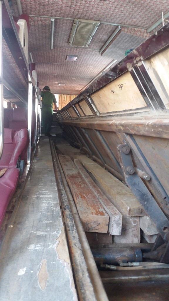 Chiếc hầm dưới hành lang lối đi được chủ xe sử dựng để giấu số lượng lớn gỗ lậu.