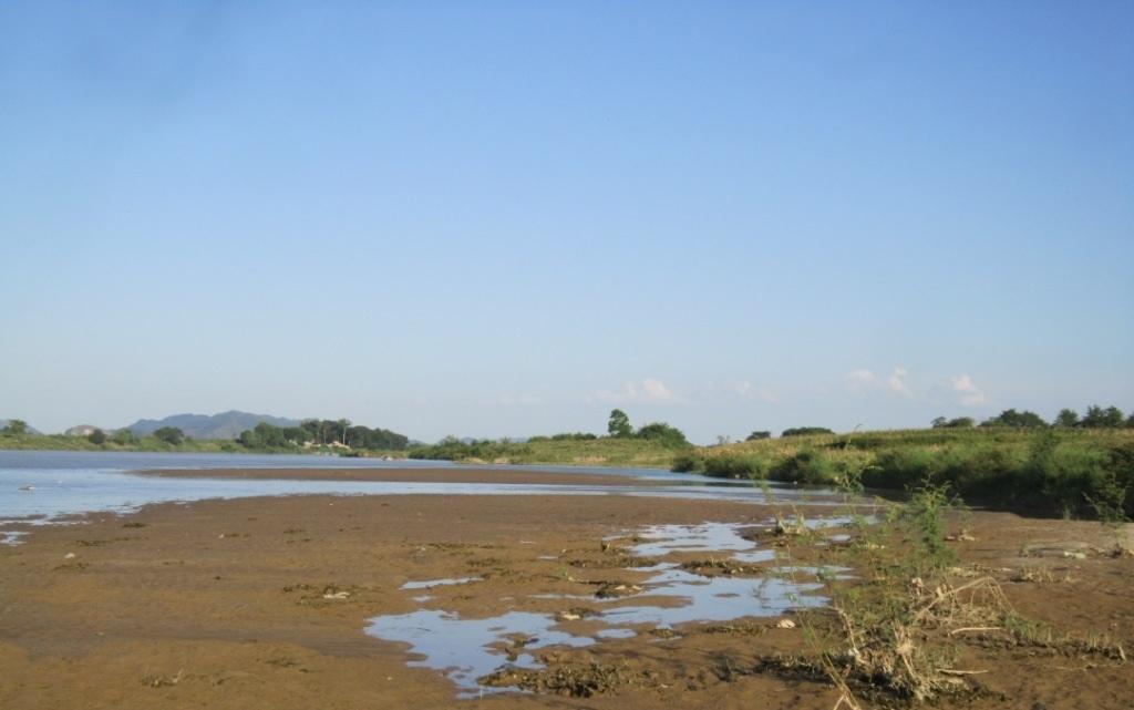 Những phần đất màu mỡ trước kia giờ lại trở thành lòng sông.