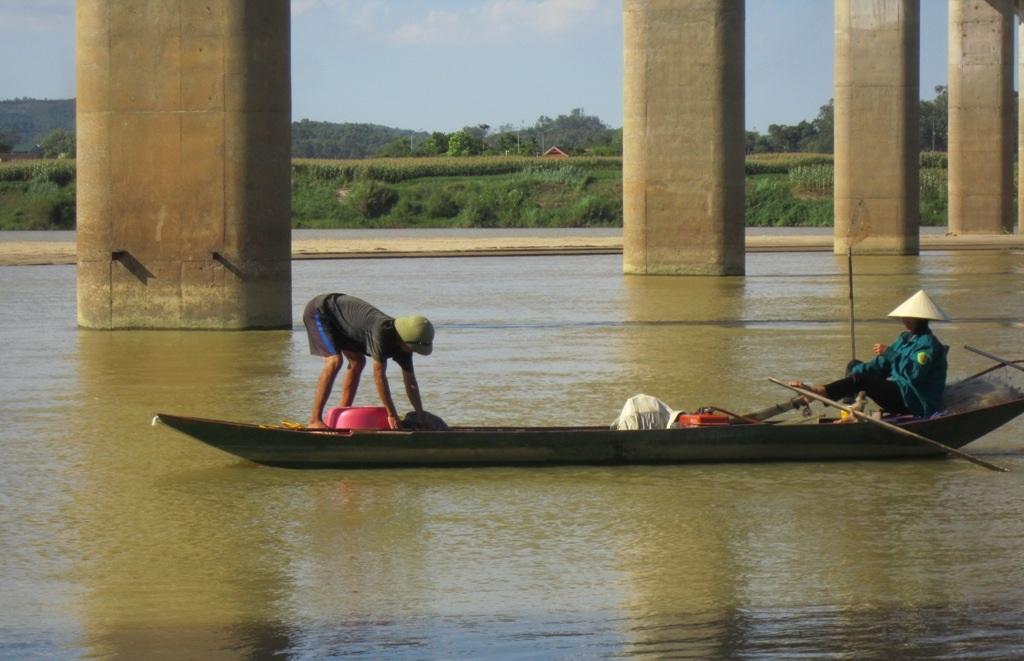 Không còn đất canh tác người dân lại phải nhọc nhằn mưu sinh bằng nghề chài lưới trên dòng sông Lam, mà thu nhập rất bấp bênh. Bởi thế cái đói cái nghèo luôn hiện hữu với họ.