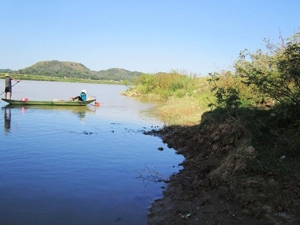 Mỗi năm dòng Lam xanh lại ăn mòn bớt diện tích hoa màu phía hai bên bờ sông.