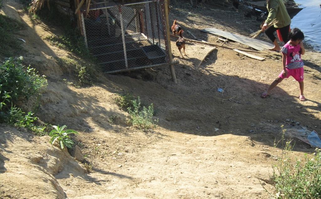 Người dân những xóm nhỏ hai bên bờ sông cũng mất dần đi diện tích đất ở vì nạn sạt lở.