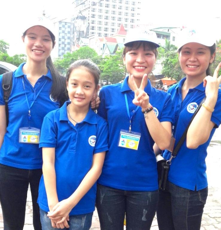 Trong 4 ngày diễn ra thi, các sinh viên tình nguyện sẽ cùng thầy Khoa đón đưa các em thí sinh đến các điểm thi làm bài.