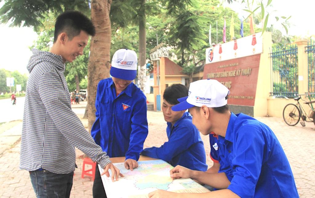 Các SVTN hưỡng dẫn các em thí sinh tìm địa điểm thi.