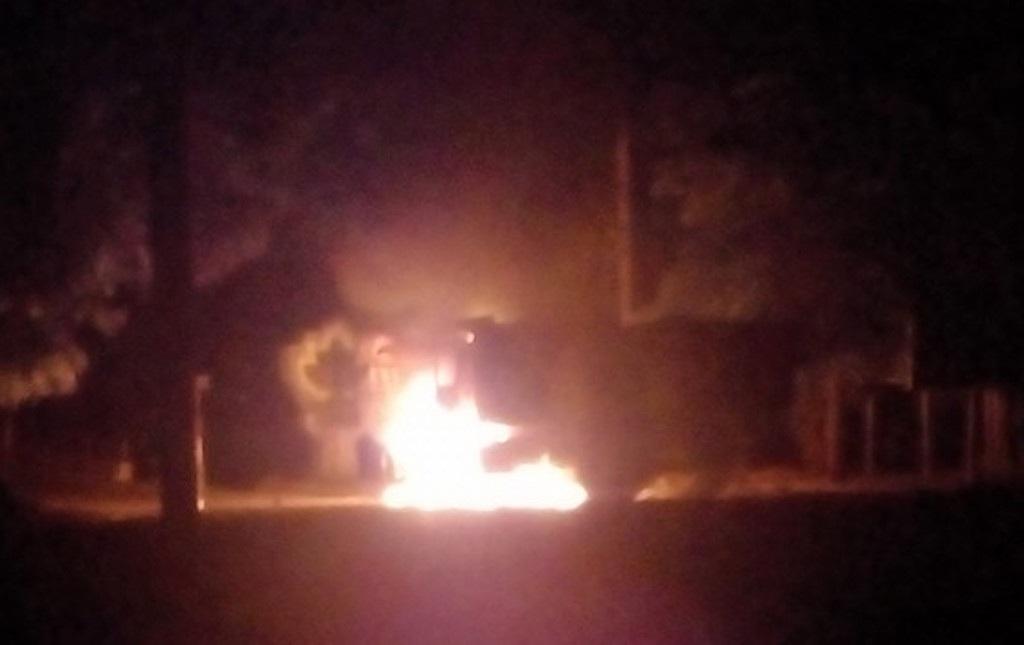 Xe tải bốc cháy, phát nổ gần cầu Nam Đàn - 1