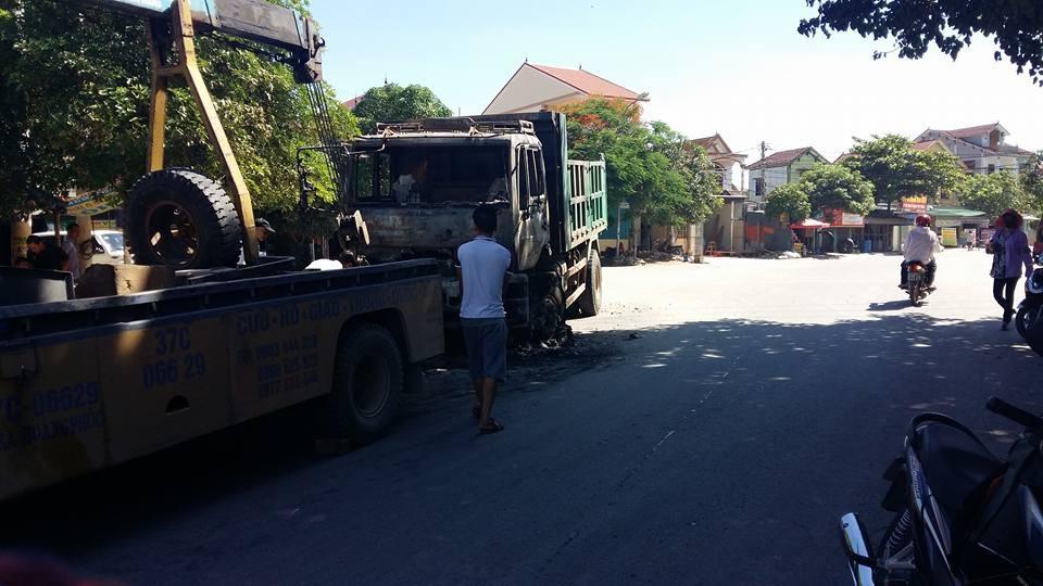 Đến sáng 10/7, chiếc xe chuẩn bị được kéo đi khỏi hiện trường.