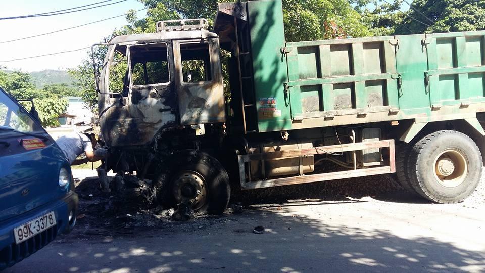 Xe tải bốc cháy, phát nổ gần cầu Nam Đàn - 3