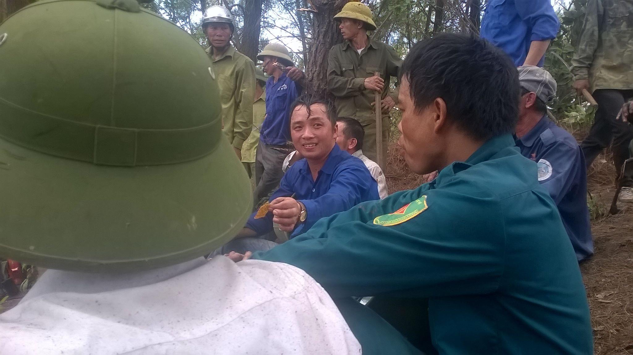 Người dân xã Nghi Kiều mệt mỏi sau vụ dập lửa cháy rừng thông trên địa bàn.