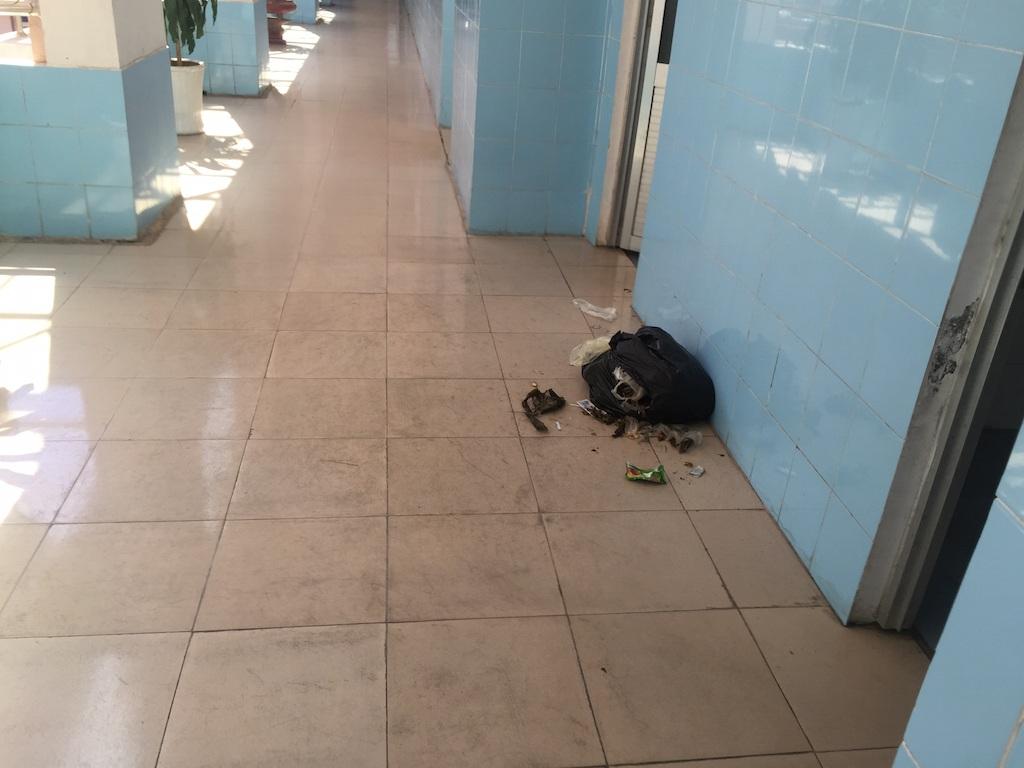 Không còn người điều trị, rác thải vứt bừa bãi ở sảnh...