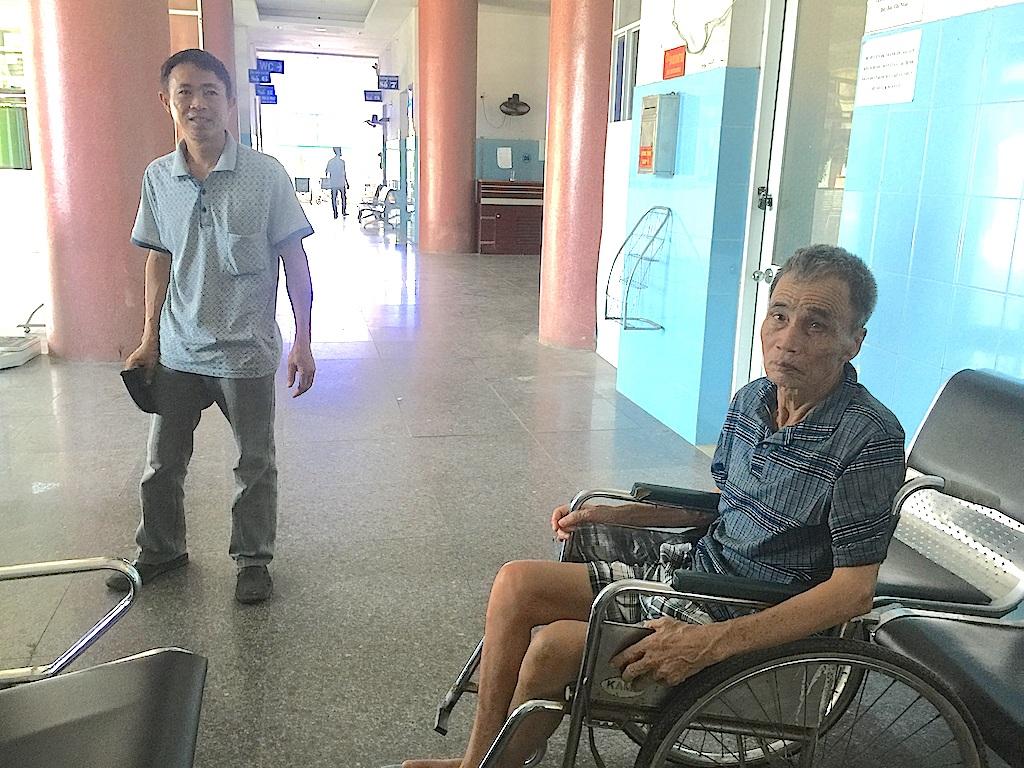 Anh Phan Văn Sáu, quê xã Viên Thành, huyện Yên Thành, Nghệ An đang chờ xe đến đón để về lại quê khi mới vào bệnh viện này được máy ngày rồi bị đuổi.
