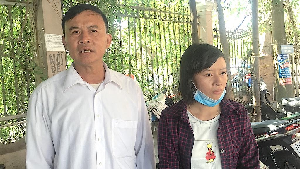 Ông Lâm và chị Trang có mặt tại BVĐK Thành An - Sài Gòn để đòi lương hơn 8 tháng mà phía bệnh viện vẫn chưa chịu chi trả.
