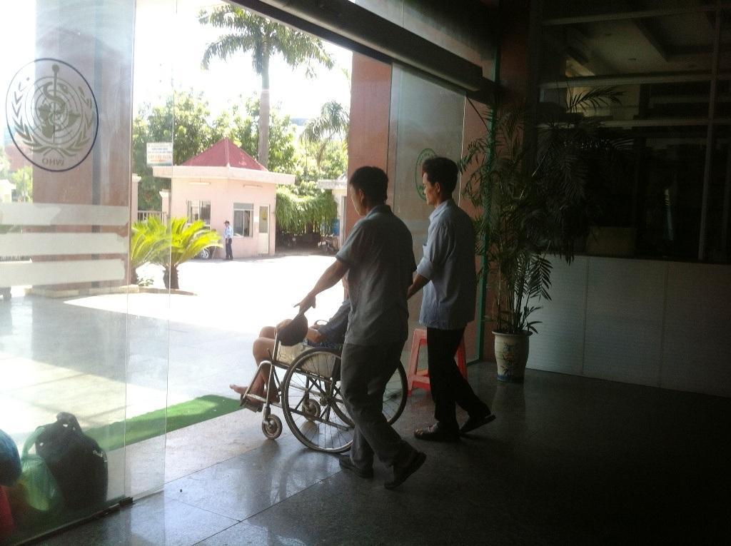 """Anh Phan Lệ Sáng, cháu của bệnh nhân Sáu cho biết: """"Gia đình đưa ông Sáu vào khám và nhập viện từ hôm thứ 6 tuần vừa rồi vì bệnh tê liệt chân trái. Nhưng từ hôm chủ nhật đã không thấy có y bác sỹ nào đến thăm khám."""