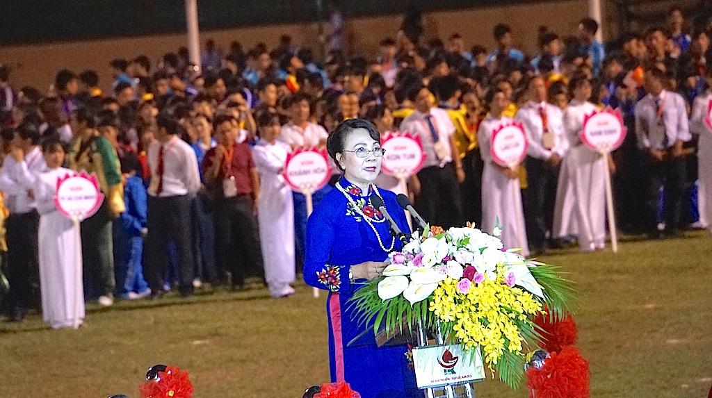 Bà Nguyễn Thị Nghĩa - Thứ trưởng Bộ GD&ĐT, Trưởng Ban chỉ đạo Hội khỏe Phù Đổng toàn quốc lần thứ IX - năm 2016 phát biểu.